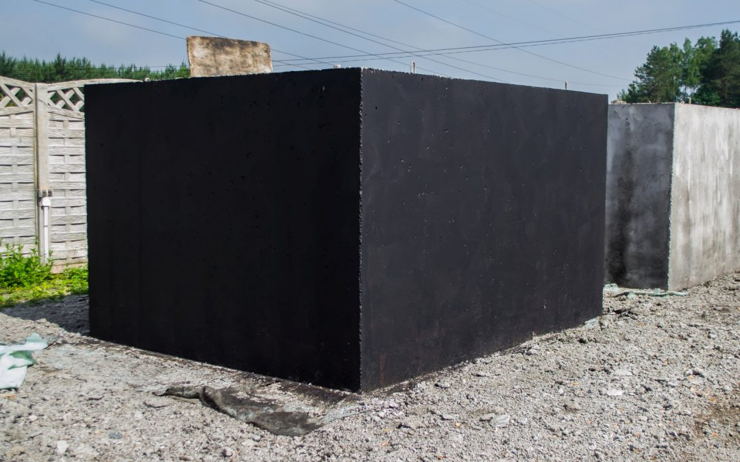 Szambo ekologiczne plastikowe czy może betonowe – jaki zbiornik na szambo wybrać?