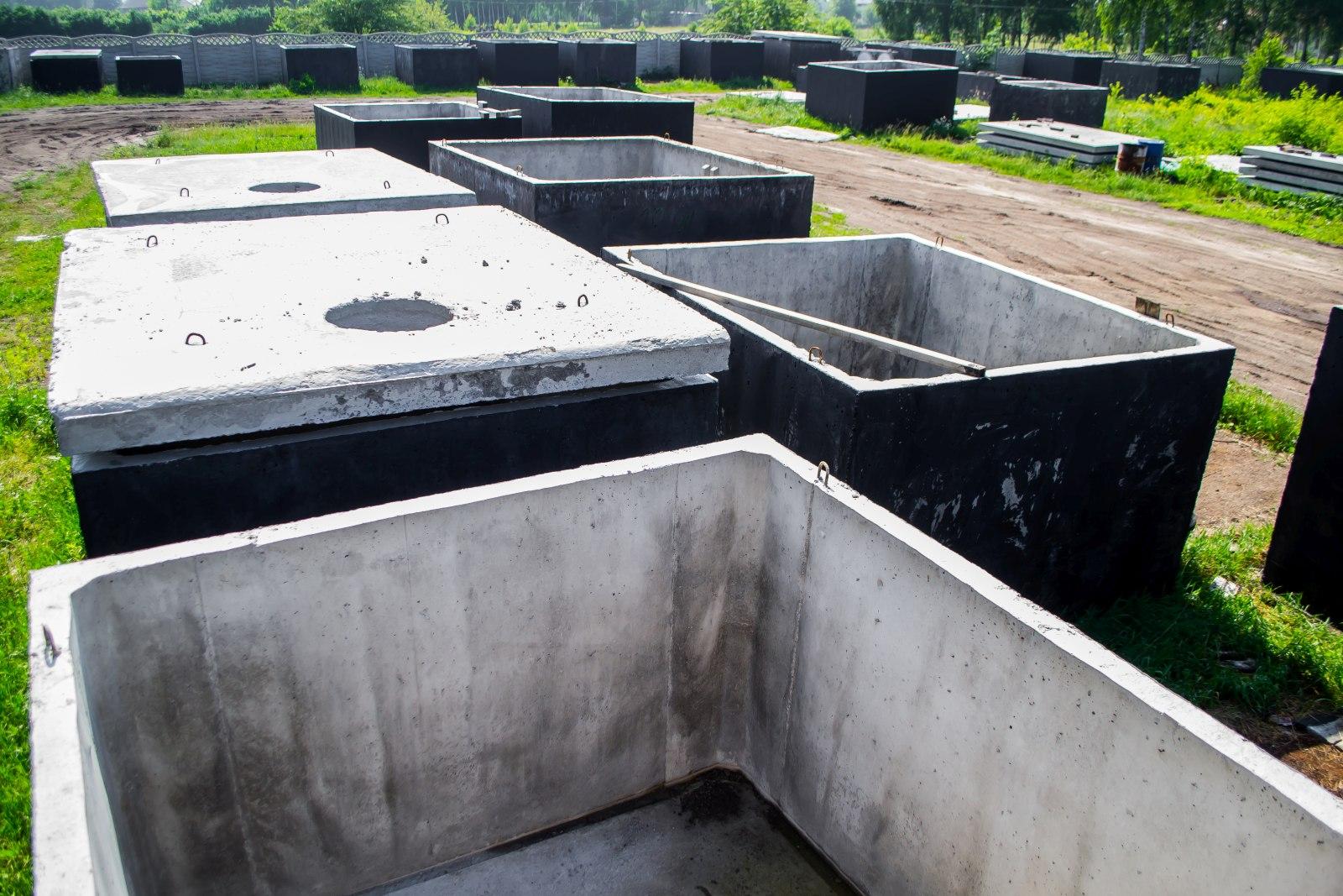 szamba betonowe razem z pokrywami